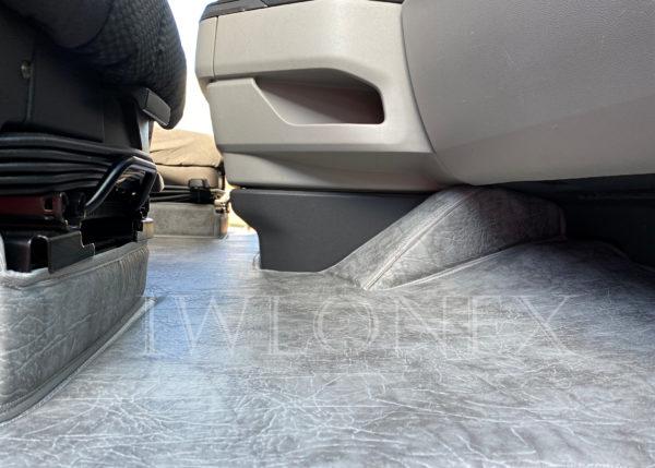 Fussmatten passend fuer SCANIA S interior IWLONEX 1 600x429 - Fußmatte für SCANIA S + Sitzsockelverkleidung - Marmor - deine Farben