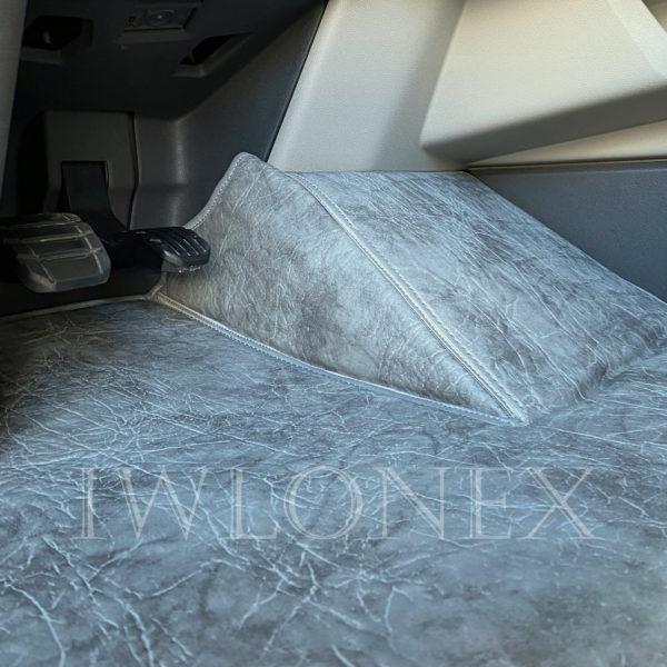 Fussmatten passend fuer SCANIA S interior IWLONEX 3 600x600 - Fußmatte für SCANIA S + Sitzsockelverkleidung - Marmor - deine Farben